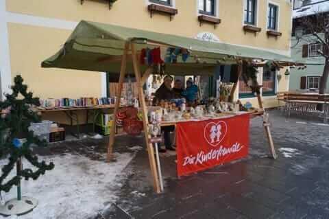 Adventstand mit Bücherflohmarkt